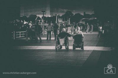 Travemünder Woche – Rollstuhlkumpels auf der Strandpromenade